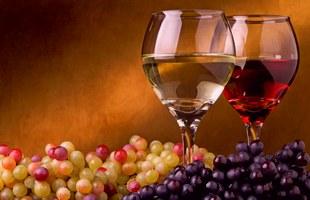 Два бокала вина и виноград