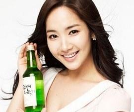 Девушка держит бутылку соджу