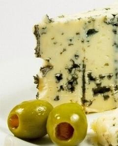 Сыр с плесенью и оливки