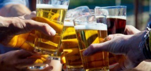 Чокнуться бокалами с пивом