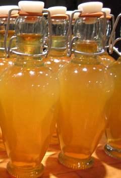 Бутылки наливки из груши