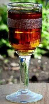 Рюмка настойки на черносливе с медом