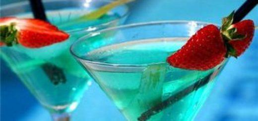 Два бокала коктейля Голубая лагуна