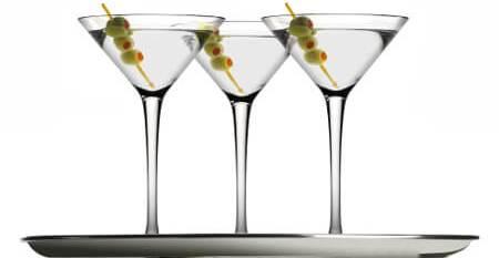 Три бокала с коктейлем Сухой Мартини
