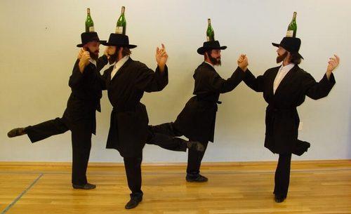 Евреи танцуют с бутылками на головах