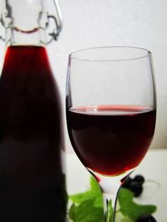 Бутылка и бокал настойки из черной смородины
