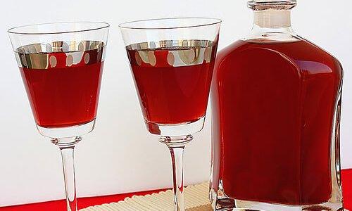 Бокалы и графин с вином из варенья