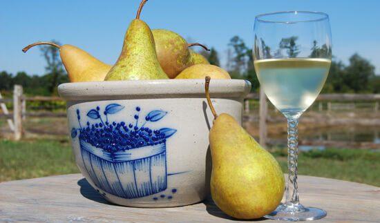 Груши и вино, из них приготовленное