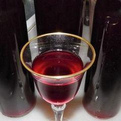 Бокал и бутылки домашнего сливового вина