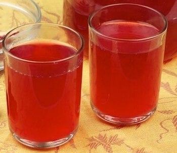 Стаканы с красносмородиновым вином