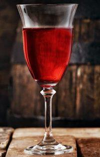 Бокал с вишневым вином