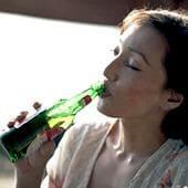 Женщина пьет пенное