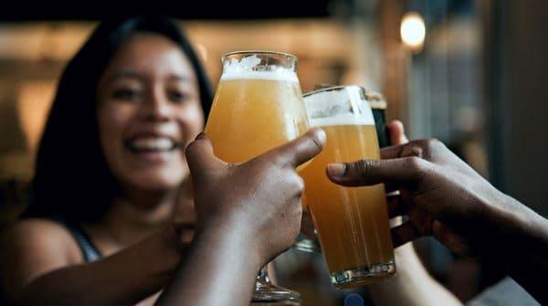 Девушки чокаются пивными бокалами